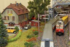 Hinterhof und Verkehr auf der Doppelspur