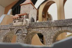 Steinbogenbrücke mit altem Zollhäuschen